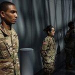 La Garde nationale et la police du RI font du porte-à-porte à la recherche de New Yorkais