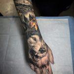 Tatouage de main de loup grondant