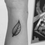 Tatouage de feuille : le guide complet (En images) - TattooList