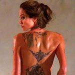 Les tatouages d'Angelina Jolie : ce qu'ils sont et ce qu'ils signifient (En images) - TattooList